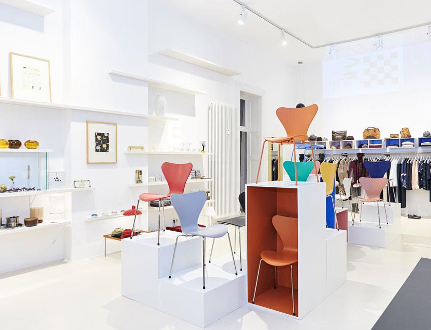 Die Stühle 3107 aus der Serie 7 in diversen Ausführungen von Arne Jacobsen im Falkenberg Department Store Munich