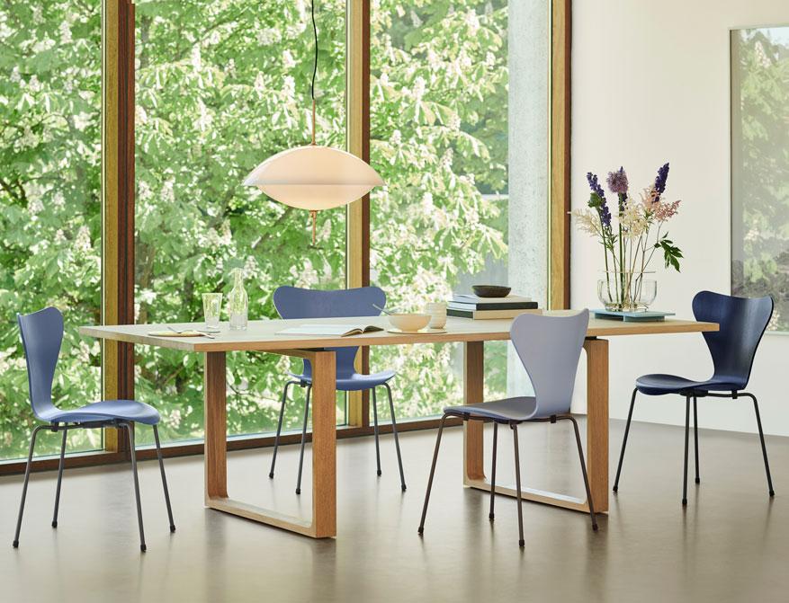 Der Stuhl 3107 aus der Serie 7 in Ausführung Dusk Blue, Lavender Blue, Midnight Blue von Arne Jacobsen by Fritz Hansen