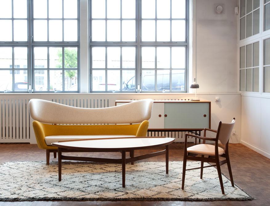 Der Cocktail Table in weißem Laminatfinish mit Baker Sofa, Sideboard und 46 Chair alles von Finn Juhl