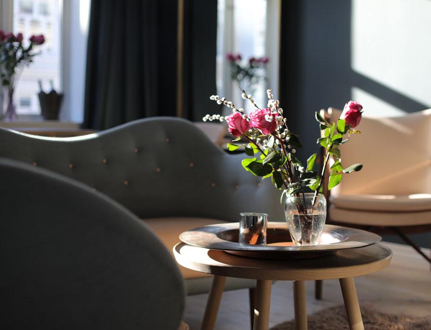 Das 46 Sofa in grauem Stoffbezug mit Pelican Table beides von Finn-Juhl