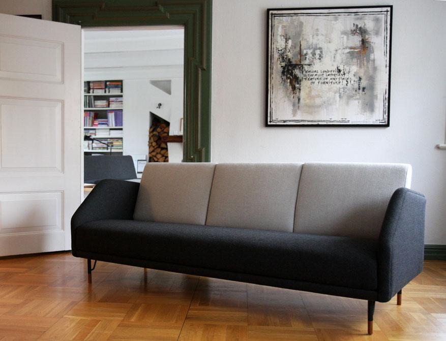 Das 77 Sofa in anthrazitfarbenem und hellgrauen Stoff von Finn Juhl