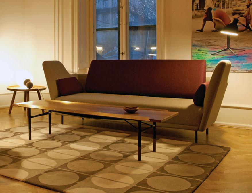 Das 57 Sofa mit der Table Bench, dem Pelican Table und dem Circle Rug alles von Finn Juhl