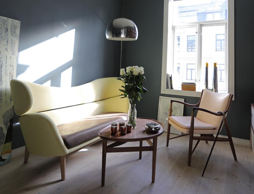 Das Baker Sofa mit Eye Table und 45 Chair des dänischen Designers Finn Juhl