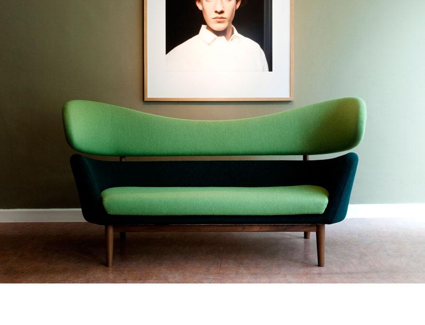 Das Baker Sofa von Finn Juhl in grün-petrolfarbenem Stoff und Walnussbeinen