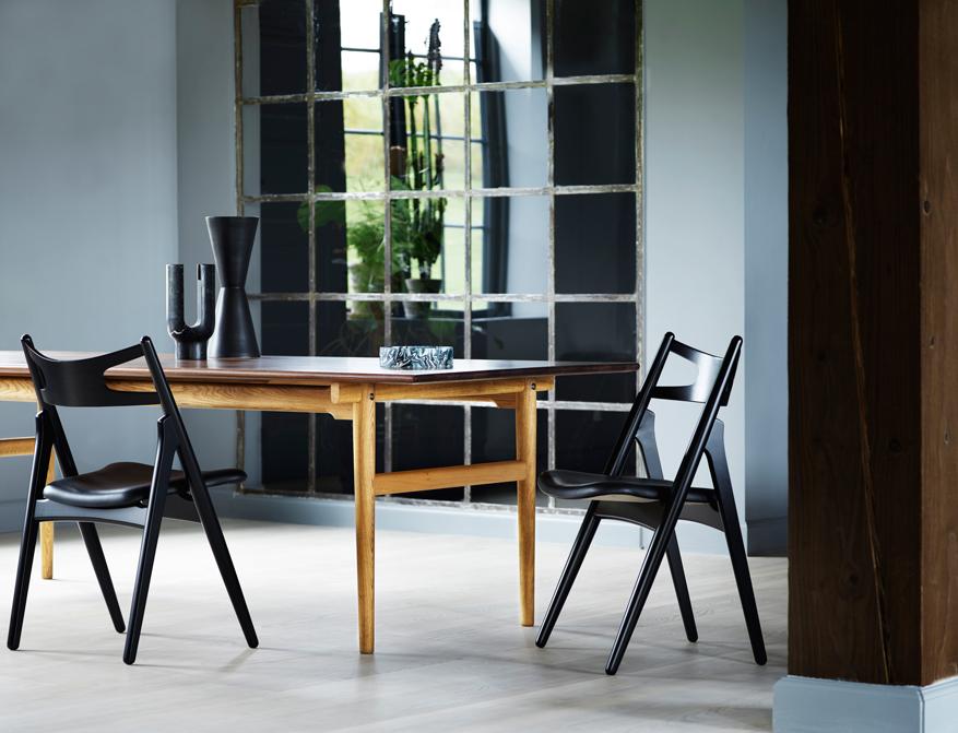 Stühle CH29 schwarz lackiert mit Sitzpolster in Leder schwarz am Tisch CH327 in Walnuss / Eiche geölt von Hans Wegner