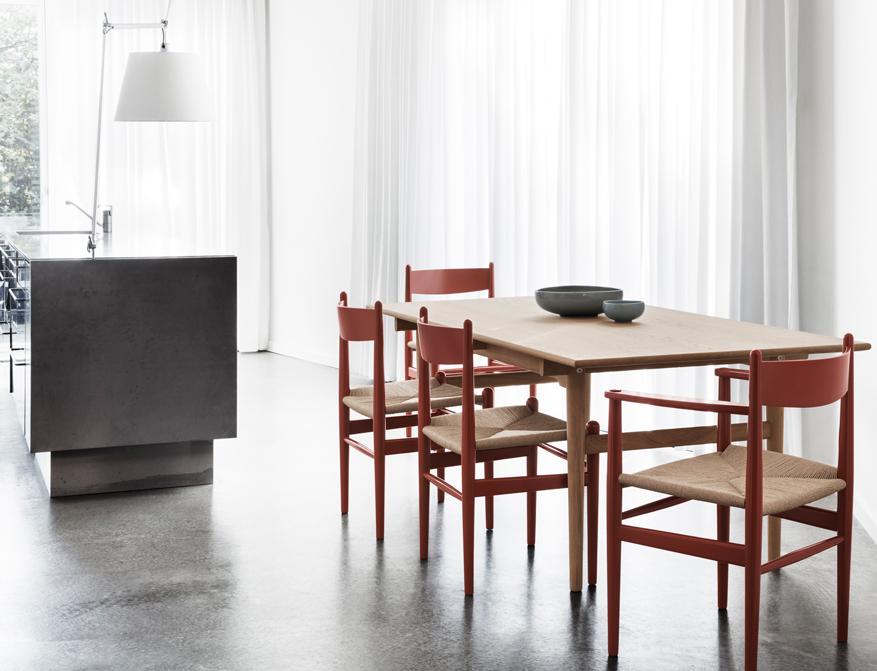 Der Stuhl CH37 und 37 in Ausführung rot lackiert mit Naturgeflecht am Tisch CH327 in Eiche von Hans Wegner