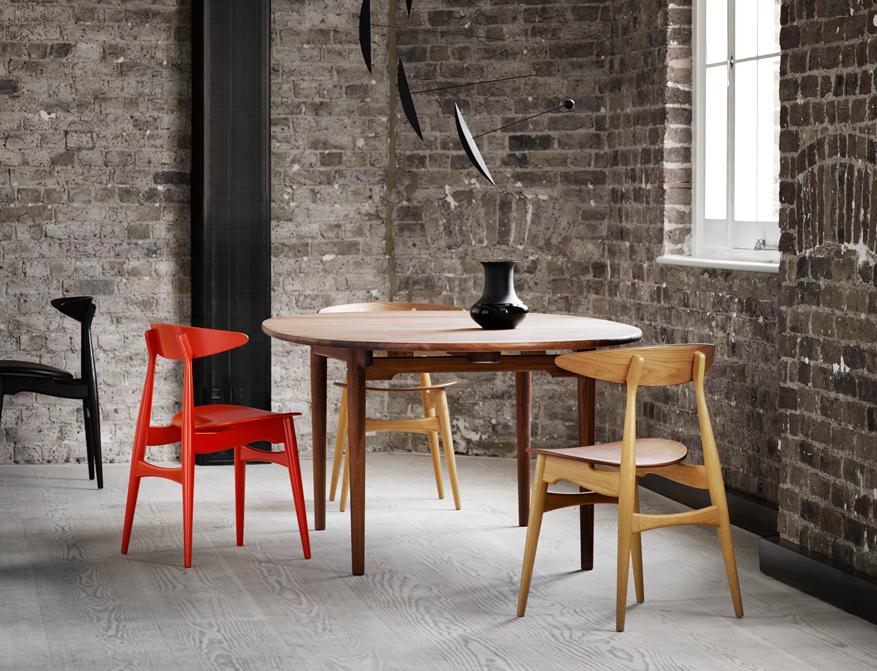 Der Stuhl CH33 in rot lackiert, schwarz lackiert und Ausführung Eiche / Walnuss am Tisch CH339 in Walnuss von Hans Wegner