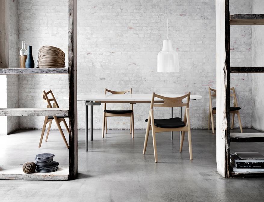 Stühle CH29 in Ausführung Eiche und Sitzpolster in Leder schwarz Tisch CH335 von Hans Wegner