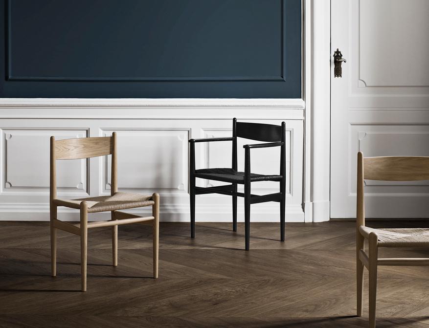 Der Stuhl CH37 in Ausführung schwarz lackiert mit schwarzem Geflecht und Stuhl CH36 in Eiche weiß geölt mit Naturgeflecht von Hans Wegner