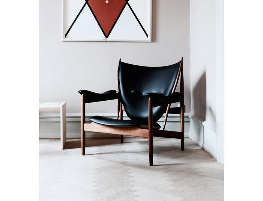 Der Chieftain Chair in Leder Black und Gestell in Walnuss von Finn Juhl