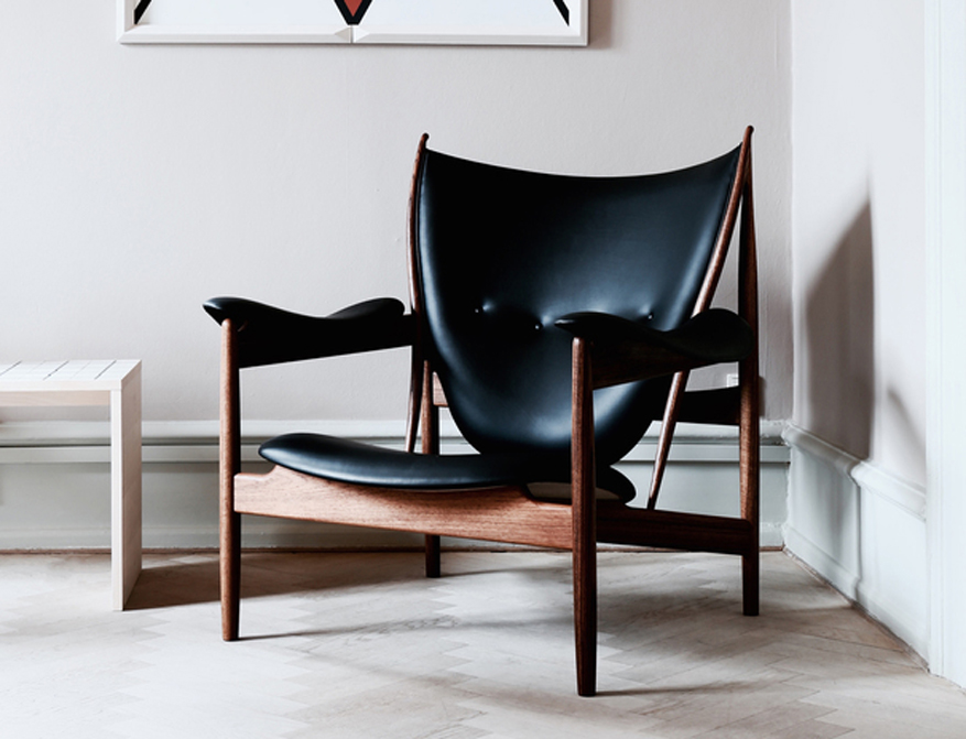 Der Chieftain Chair in Leder Black und Gestell in Walnuss von Finn Juhl