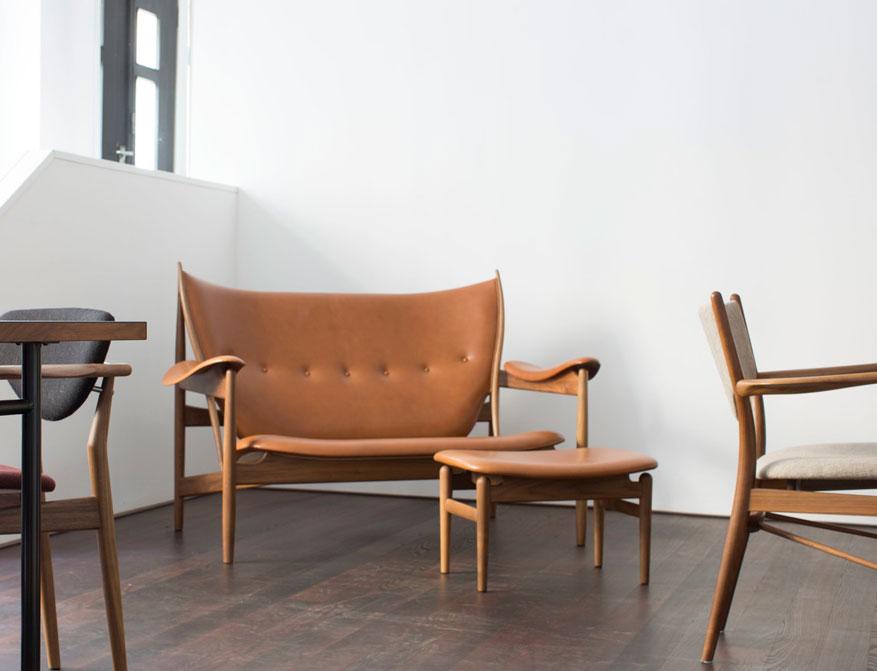 Das Chieftain Sofa und Chieftain Footstool in Cognac Leder von Finn Juhl