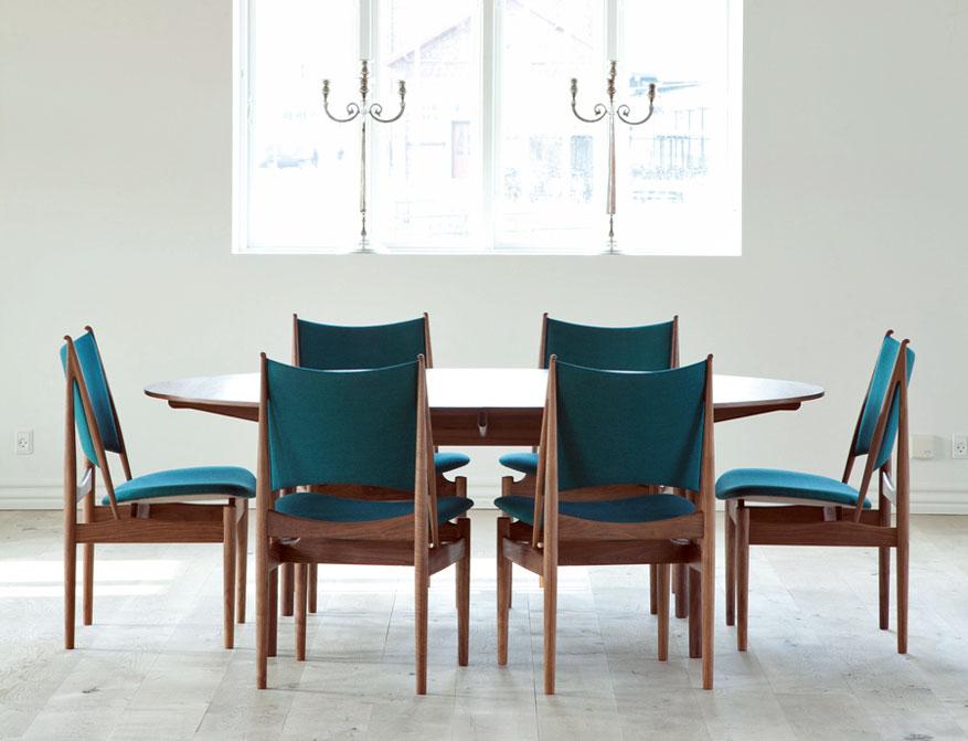 Egyptian Chairs in türkisfarbenem Stoff platziert um den Silver Table beides von Finn Juhl