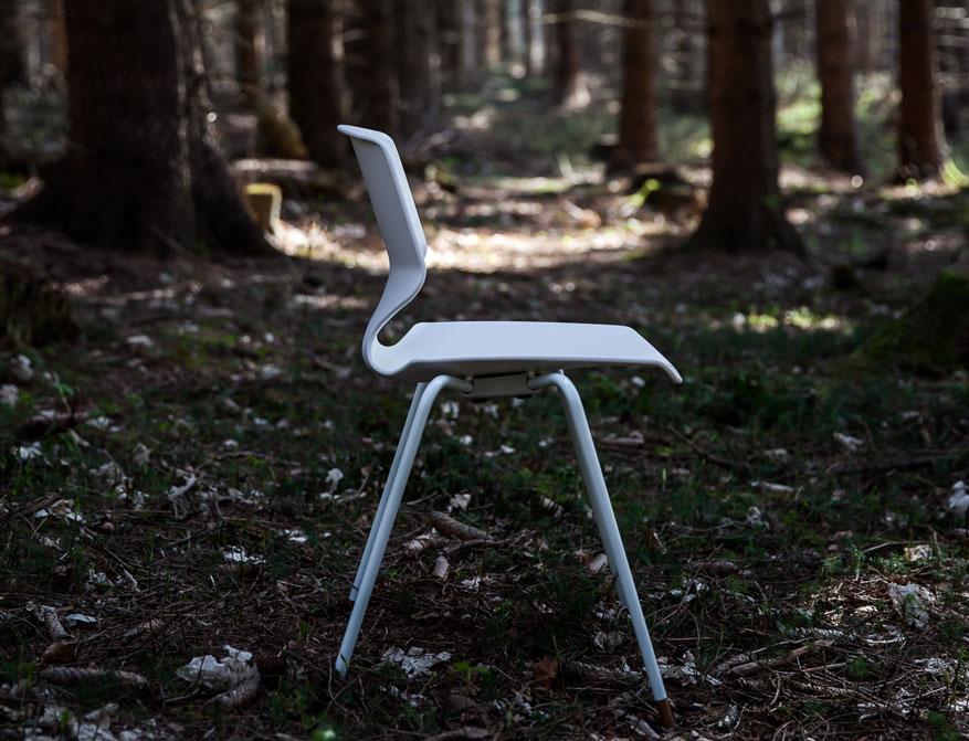 Der FJ 64 Chair mit hellblau lackiertem Gestell von Finn Juhl