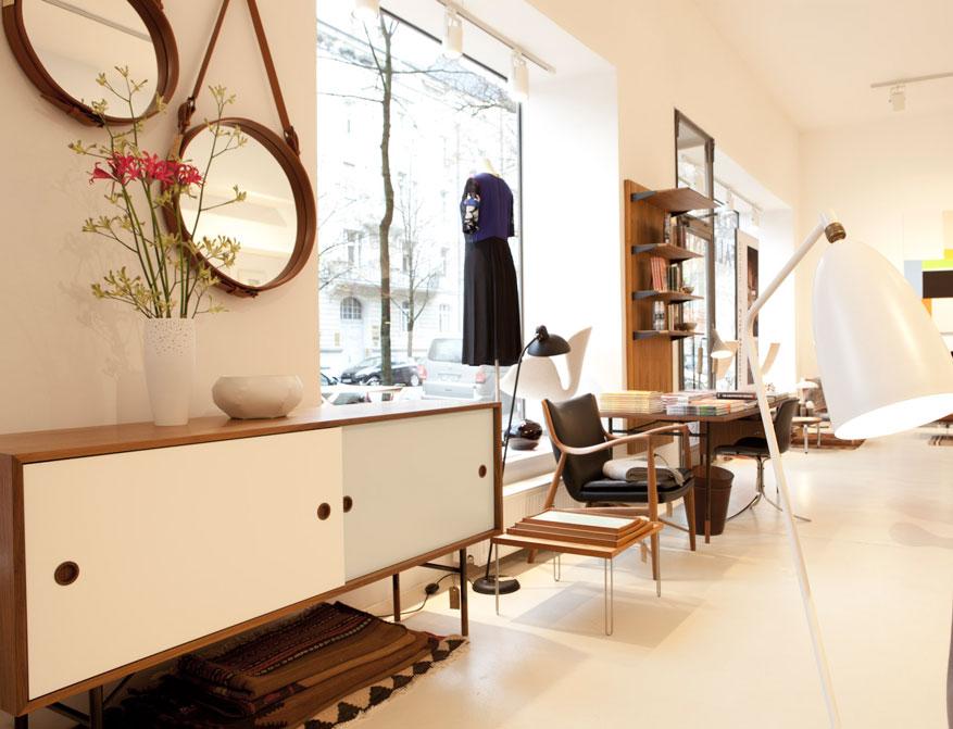 Das Sideboard mit Tray Table und 45 Chair von Finn Juhl im Falkenberg Department Store mit den Spiegeln von Adnet und der Stehleuchte Grasshoppa von Greta Grossman