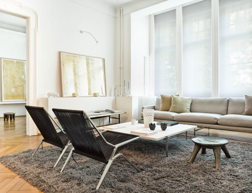 Die Loungesessel PK25 mit schwarzem Flagleinen am Coffee Table PK61A beides von Poul Kajerholm im Falkenberg Apartment Munich