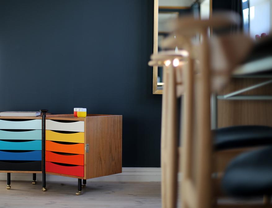 Das Glove Cabinet von Finn Juhl mit den Schubladen in Blau- und Orange-Rot-Gelbtönen