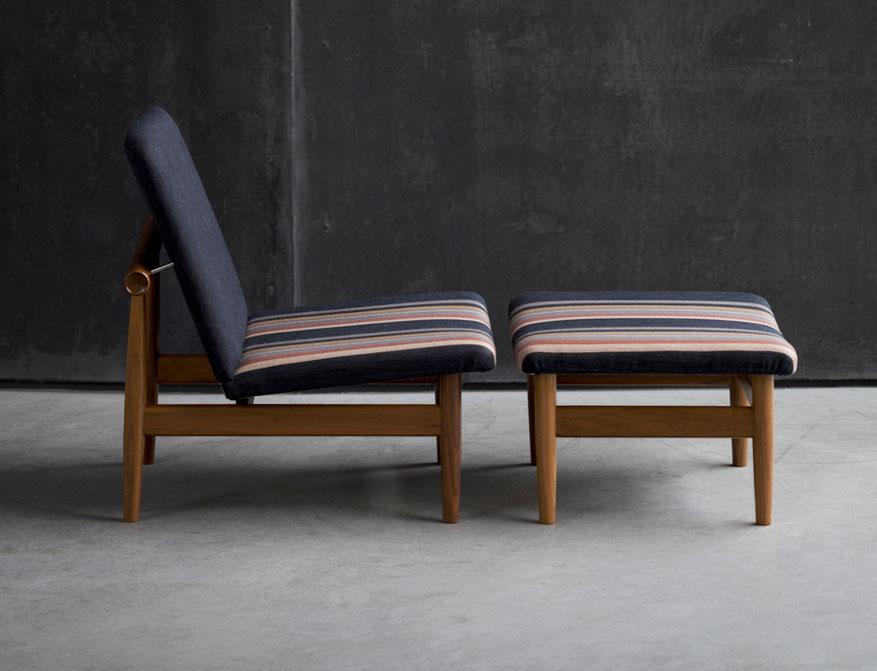 Der Japan Chair mit Japan Footstool in Stoff und Walnussgestell von Finn Juhl
