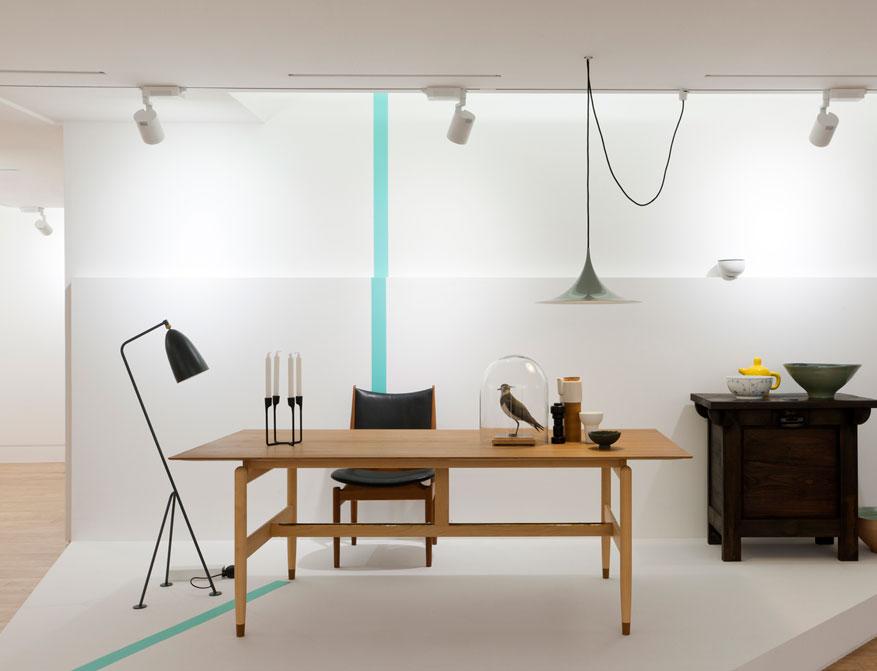 Der Kaufmann Table von Finn Juhl mit Stehleuchte Grashoppa von Greta Grossmann