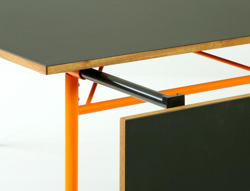 Der Nyhavn Dining Table von FinnJuhl mit Linoleumplatte und orangefarben lackiertem Gestell