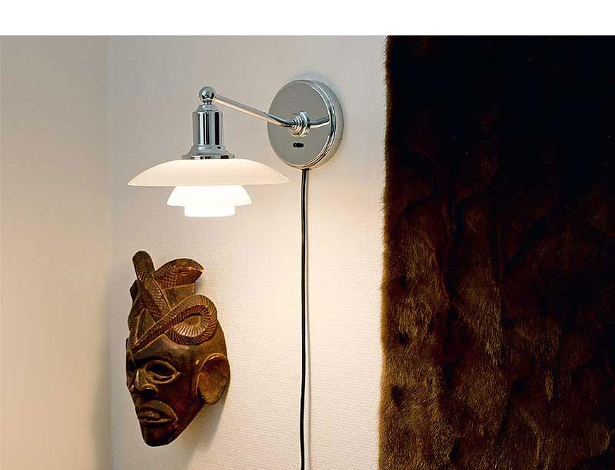 Die Wandleuchte PH 2/1 von Poul Henningsen by Louis Poulsen mit Schirmen aus mundgeblasenem Opalglas