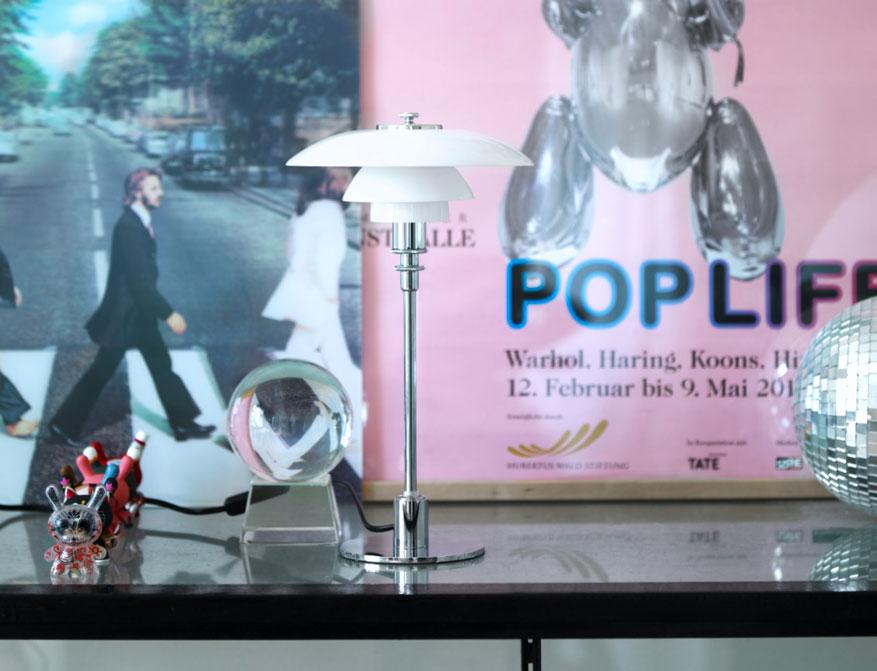 Die Tischleuchte PH 2/1 von Poul Henningsen by Louis Poulsen mit Schirmen aus mundgeblasenem Opalglas