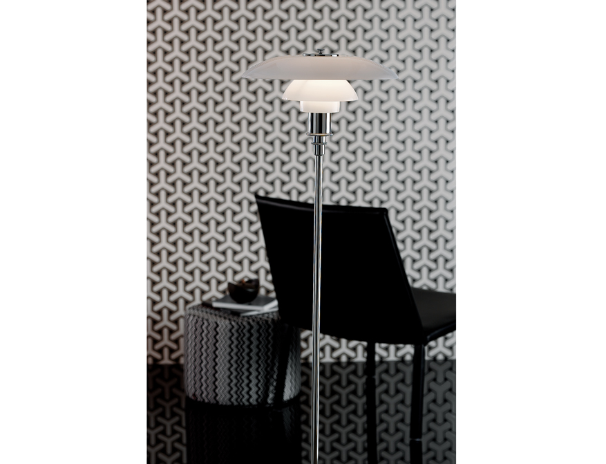 Die Stehleuchte PH 3 1/2 - 2 1/2 mit Schirm in weißem Opalglas von Poul Henningsen