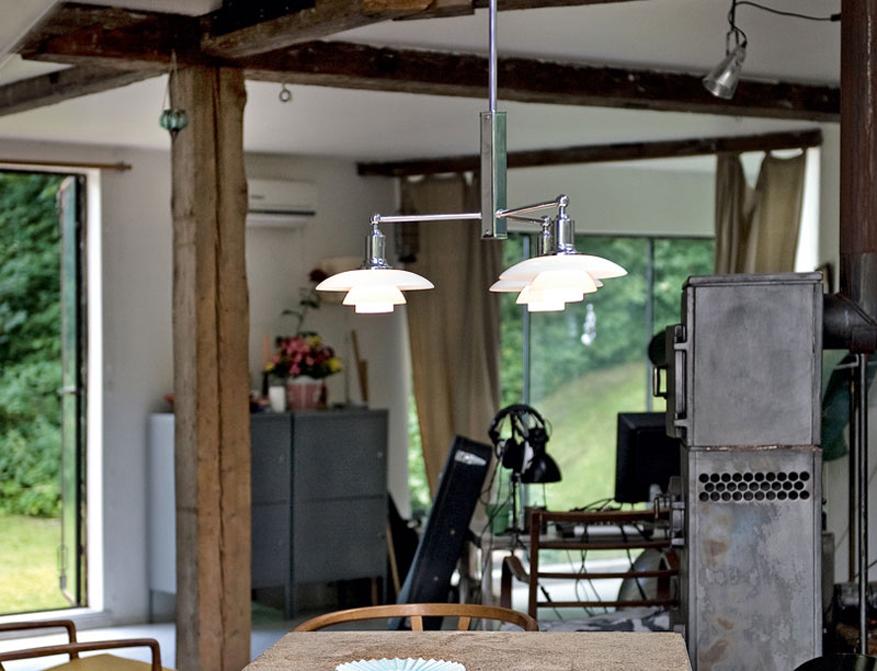 Die Pendelleuchte PH 2/1 Stammkrone mit drei Schirmen aus mundgeblasenem weißem Opalglas von Poul Henningsen