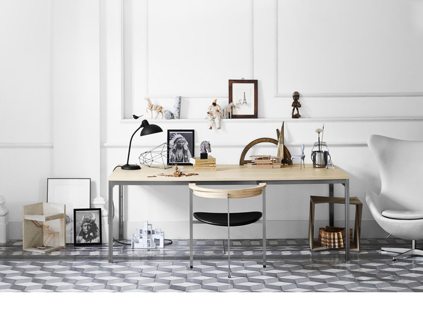 Der Stuhl PK11 mit Sitzfläche in Leder Elegance Black vor dem Tisch PK55 beides von Poul Kjaerholm daneben das Egg Chair von Arne Jacobsen