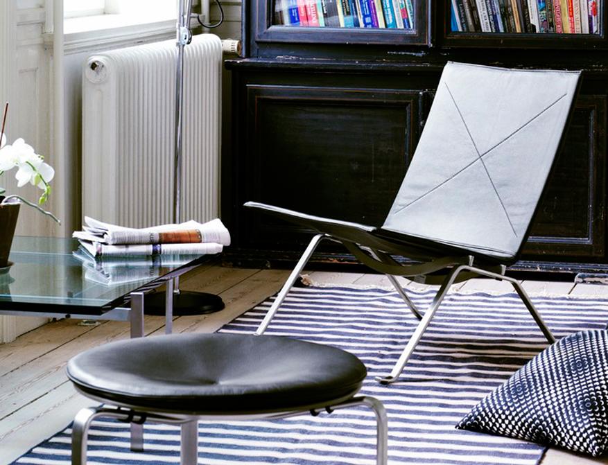 Der Sessel PK22 und Hocker PK33 in Leder Elegance Black beides von Poul Kjaerholm