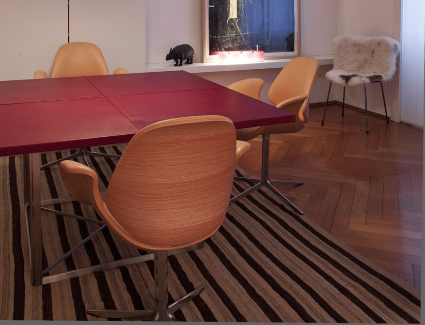 Der Tisch PK40 mit Tischplatte in rotem Leder aus der 4x20 Limited Edition von Poul Kjaerholm mit Council Chairs von Kasper Salto im Falkenberg Apartment Munich