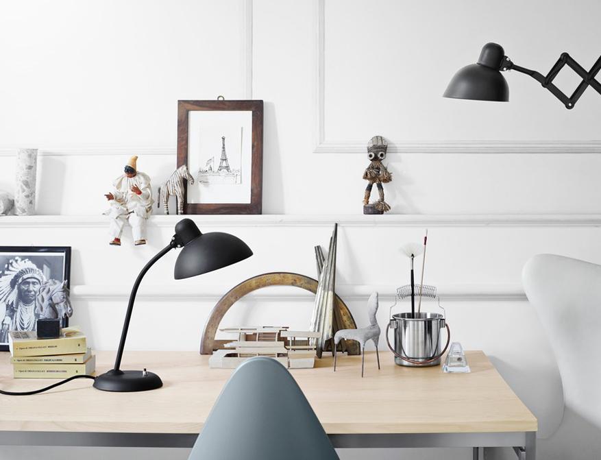 Der Tisch PK55 mit Tischplatte Esche von Poul Kjaerholm mit Stuhl Drop von Arne Jacobsen