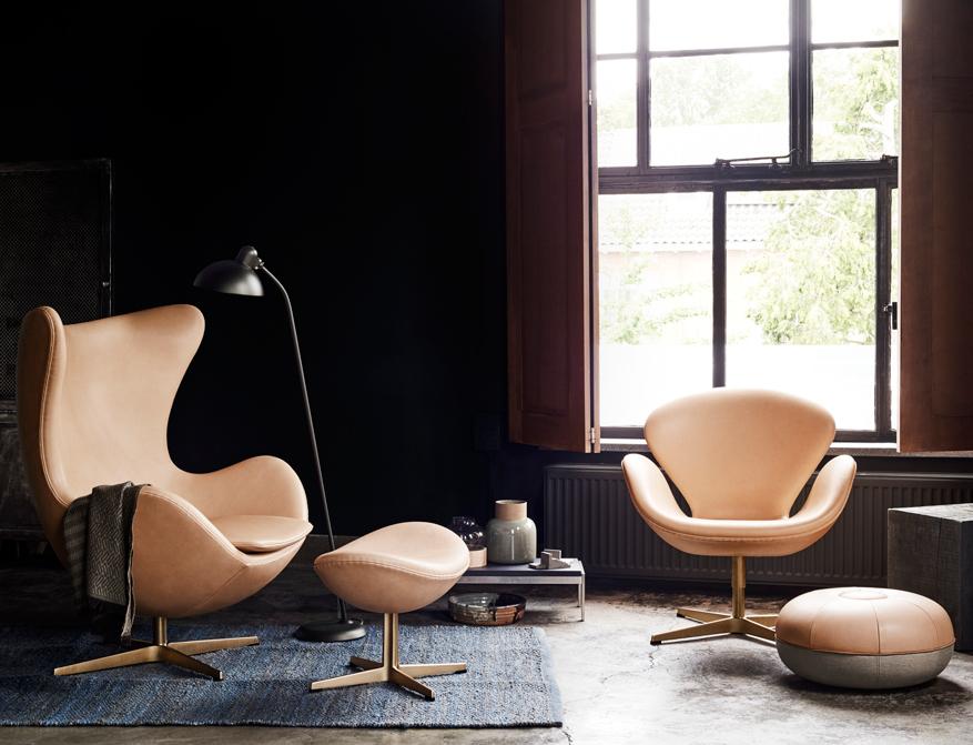 Der Coffee Table Pk62 in mit Tischplatte Schiefer von Poul Kjaerholm, daneben das Egg Chair und der Schwan von Arne Jacobsen Limited 60th Anniversary Edition