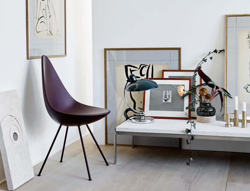 Der Coffee Table PK63 mit Tischplatte in weißem Marmor von Poul Kjaerholm daneben der Drop Chair in Burgundy Red von Arne Jacobsen