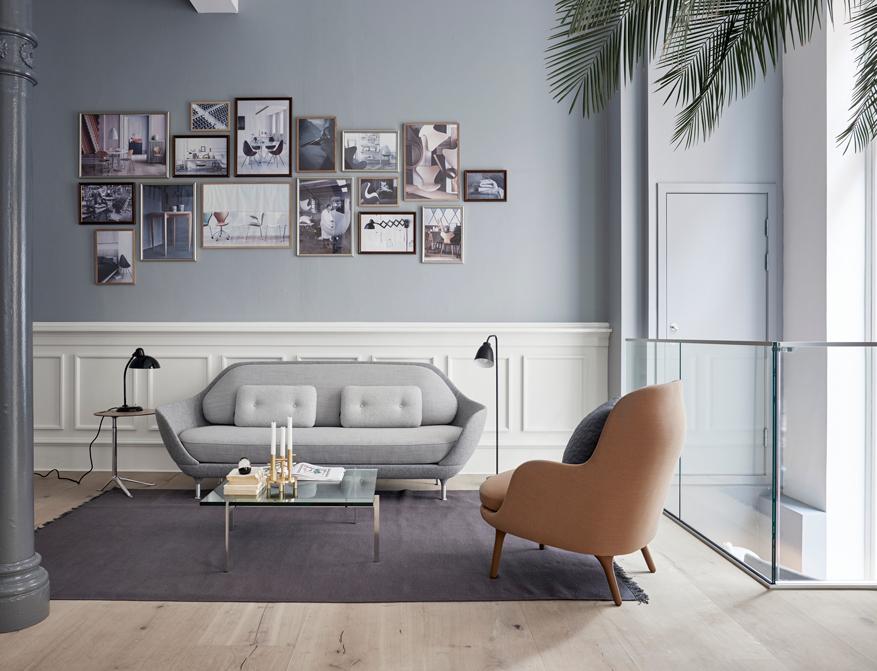 Der Coffee Table PK65 mit Tischplatte in Glas von Poul Kjaerholm daneben Sofa Favn und Sessel Fritz von Jaime Hayon