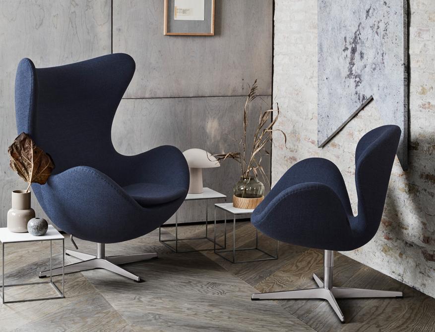 Die Beistelltische PK71 in Ausführung weiß von Poul Kjaerholm mit dem EGG Chair und dem Swan von Arne Jacobsen