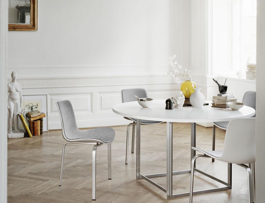 Der Stuhl PK8 mit Polsterung Stoff Divina Melange am Tisch PK58 beides von Poul Kjaerholm