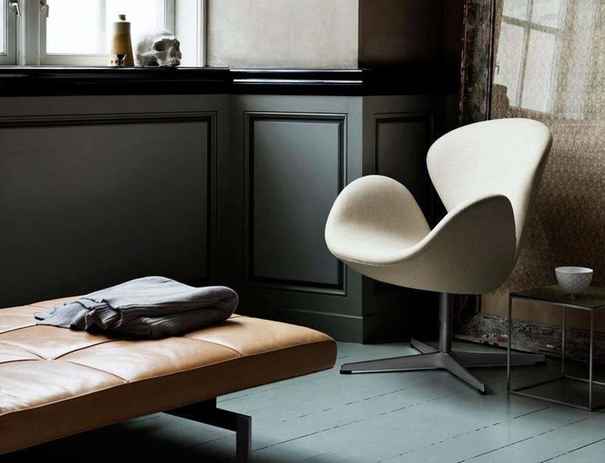 Das Daybed PK80 in Leder Elegance Walnut von Poul Kjaerholm mit Sessel Der Schwan von Arne Jacobsen