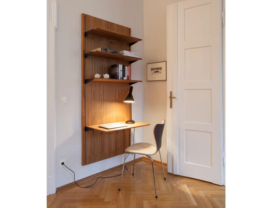 Das Panel System in Teak von Finn Juhl mit einer schwarzen AJ Tischleuchte und einem 3107 Stuhl von Arne Jacobsen im Falkenberg Apartment Munich