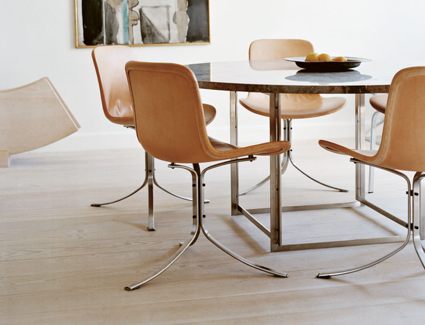 Der Stuhl PK9 mit Polsterung Leder Elegance Walnut am Tisch PK54 mit Tischplatte Granit beides von Poul Kjaerholm