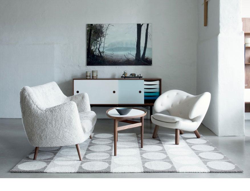 Das Poet Sofa, der Pelican Chair, das Sideboard, der Pelican Table mit dem Circle Rug in verschiedenen Ausführungen von Finn Juhl