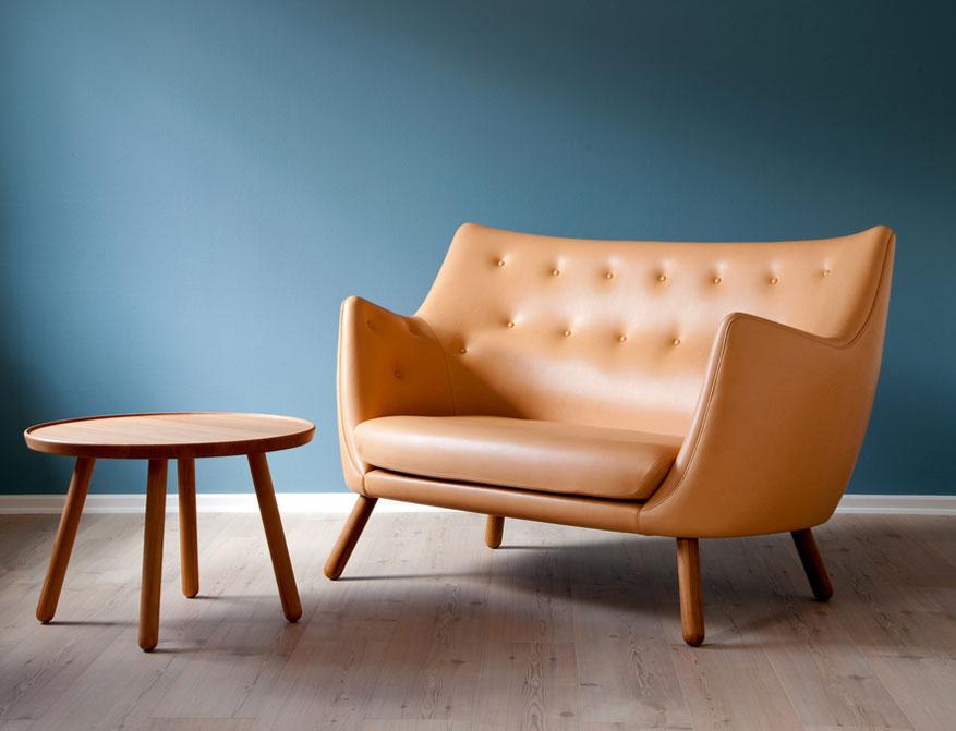 Das Poet Sofa in Natural Leder und Pelican Table von Finn Juhl