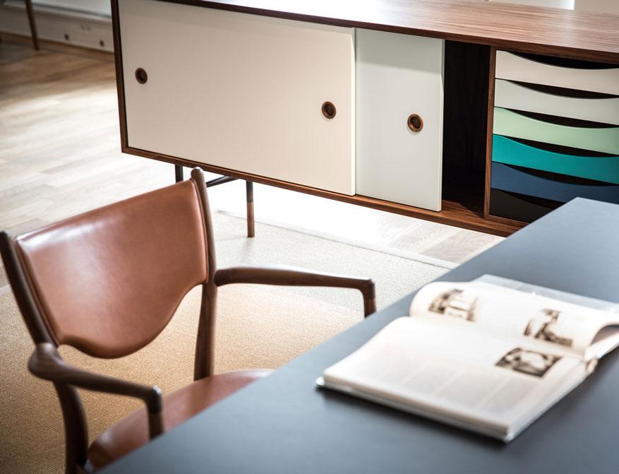 Sideboard in weiß-blau Tönen und 46 Chair in Teak und Leder von Finn Juhl