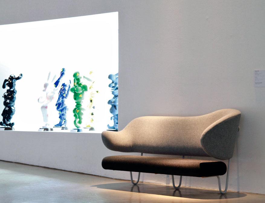 Das Wall Sofa in hellgrau dunkelgrauem Stoff von Finn Juhl