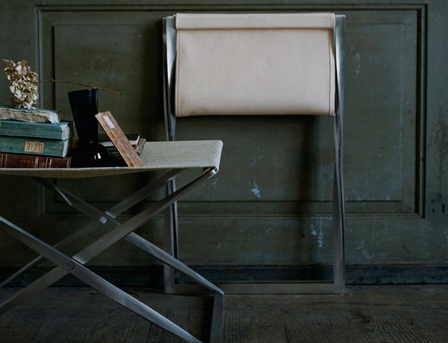 Der Falthocker PK91 in Canvas und Gestell aus satingebürstetem Federstahl von Poul Kjaerholm
