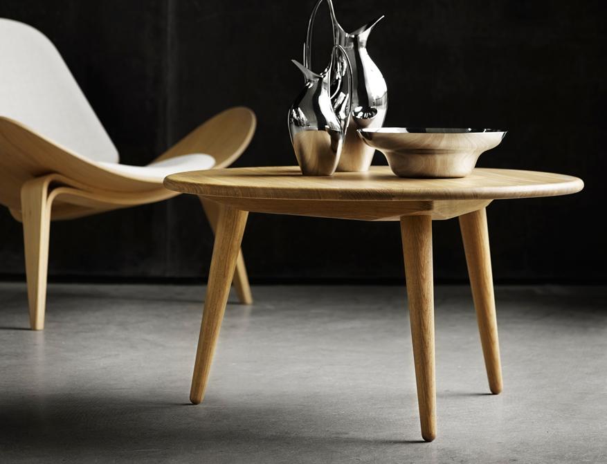 Der Coffee Table CH008 in Eiche daneben der Sessel CH007 ebenfalls in Eiche beides von Hans J. Wegner