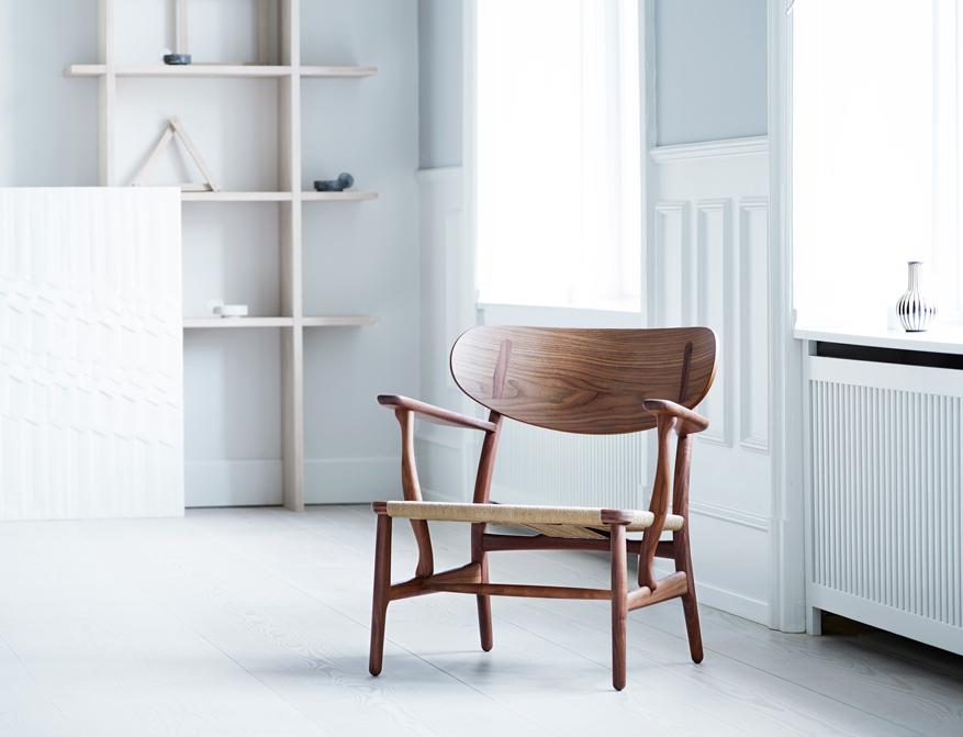 Der Sessel CH22 in Walnuss und Sitzfläche in Geflecht Natur von Hans J. Wegner