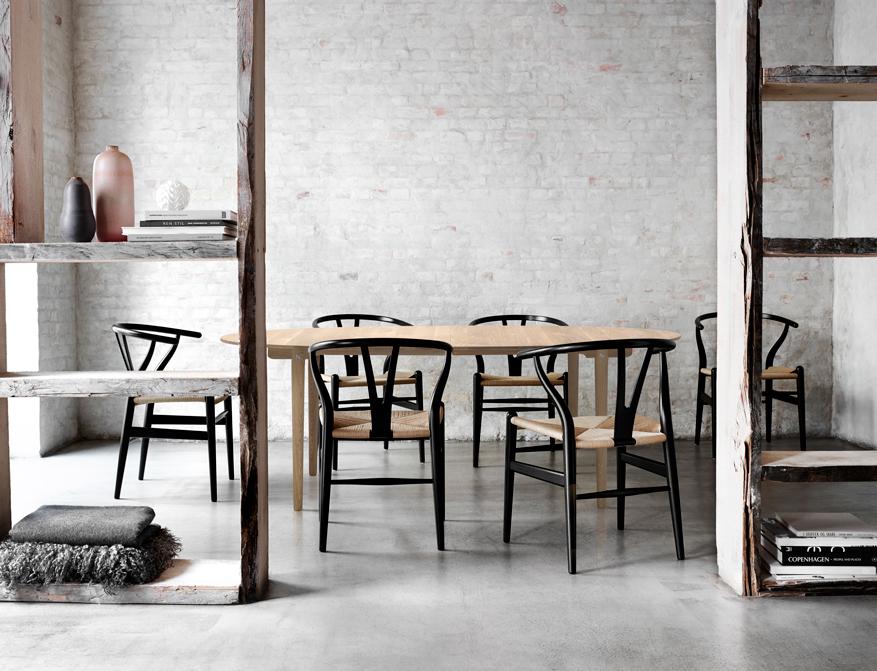 Der Stuhl CH24 in Buch schwarz lackiert am Tisch CH338 in Ausführung Eiche von Hans Wegner