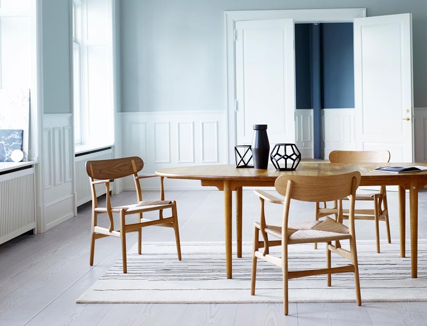 Der Stuhl CH26 in Eiche/Walnuss und Eiche am Tisch CH339 alles von Hans J. Wegner