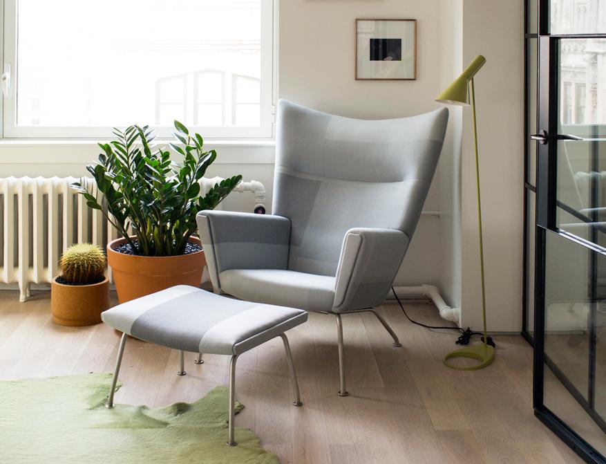 Der Sessel CH445 Wing Chair mit passendem Footstool von Hans Wegner und AJ Stehleuchte von Arne Jacobsen